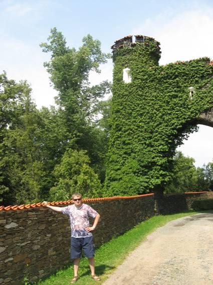 Одна из башен замка Жлебо.
