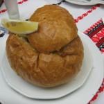Суп-гуляш из оленины в буханке хлеба
