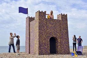 Замок из шоколада на британском пляже