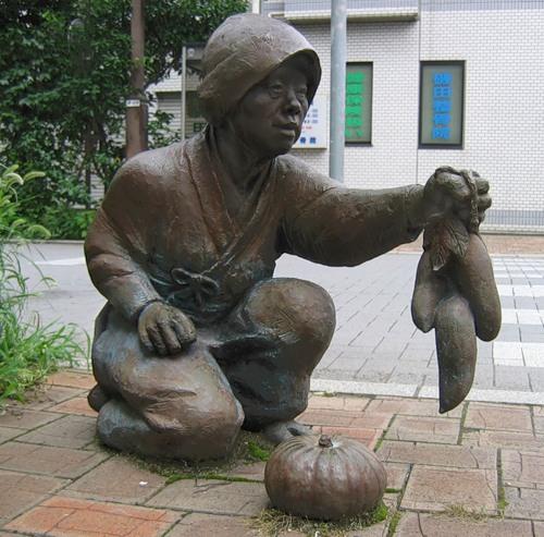 Памятник батату (сладкому картофелю) и тыкве в г. Урава (префектура Сайтама, Япония)