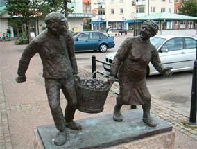 Памятник крестьянам с картошкой