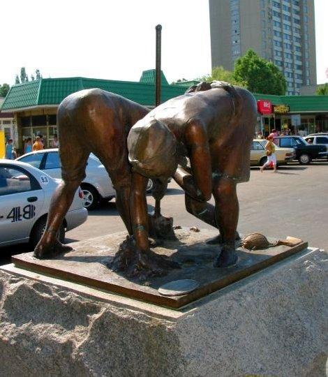 Памятник колорадскому жуку в Бердянске