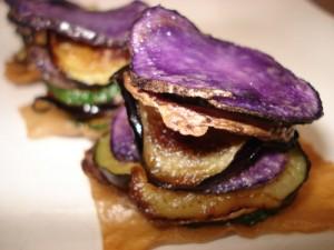 Блюдо из необычного сине-фиолетового картофеля