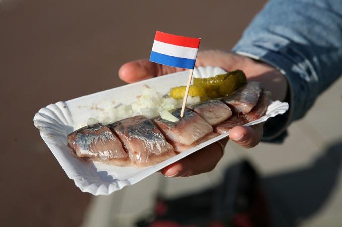 Сельдь с луком и маринадом Hollandse Nieuwe (Нидерланды)