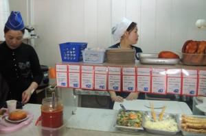 Сотрудницы готовят заказ к выдаче