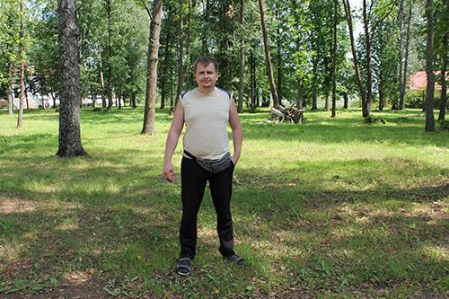 А вот ещё один контраст. Когда-то за моей спиной находился регулярный парк местного «магната». Сейчас тоько его остатки
