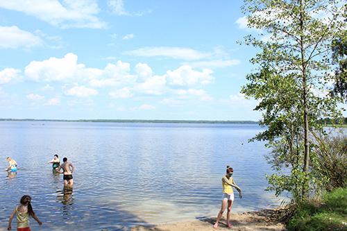 Отдыхающих на озере «Богинское» мног. Все турстоянки максимально забиты  палатками, машинами, прицепами и даже домами на колёсах.