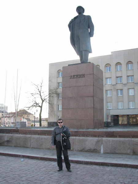 Я и Ленин в Гродно. Площадь перед облисполкомом, 04 апреля 2009 года, впереди меня через дорогу в естественном углублении расположена уютная зона отдыха