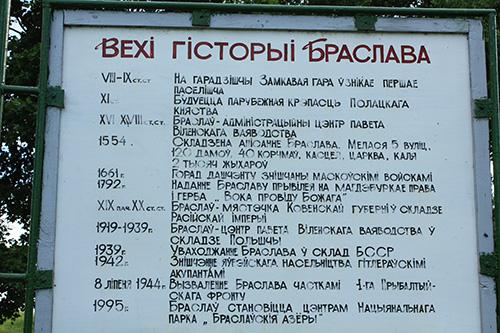 Стенд с исторической справкой на Замковой горе в Браславе