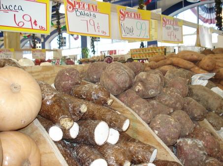 Корнеплоды юкки можно выкупать самому, а можно и купить на рынке