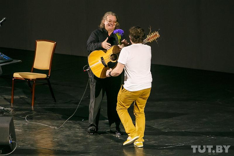 Небольшой забавный эпизод в концерта был связан с контрастным зрителем. В нём контрастировало всё с чёрным оформлением сцены - и внешний вид и забавный фиолетовый букетик.