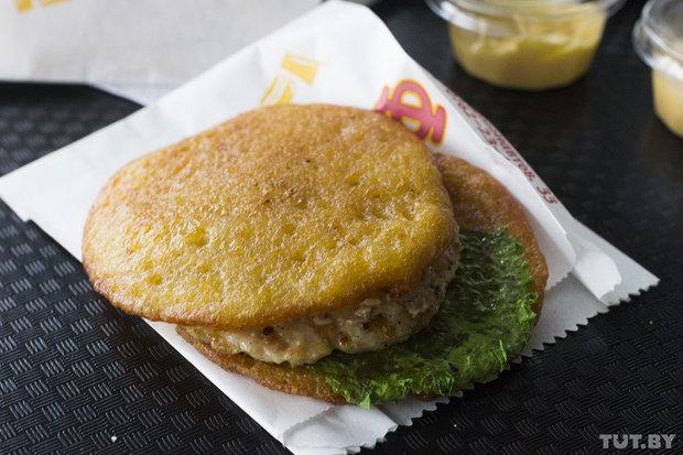 Брестский «драникбургер» выглядит следующим образом. Фото: Станислав Коршунов, TUT.BY