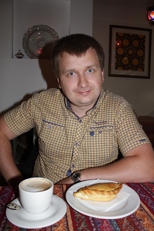 На столе уютно расположилась чашка араматного кофе и караимский кыбын с рубленной бараниной...