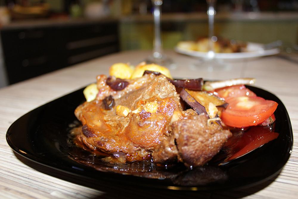 А гарнир к этому мясу может быть любой. Я выбрал обжаренный варёный картофель и овощной салат с помидорами, луком и бальзамической заправкой.